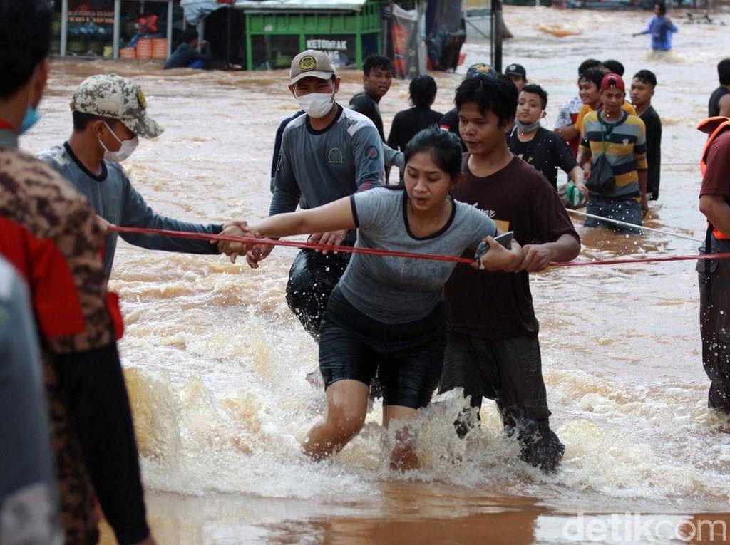 Banjir, Warga Bumi Nasio Indah Dievakuasi Pakai Tali Tambang