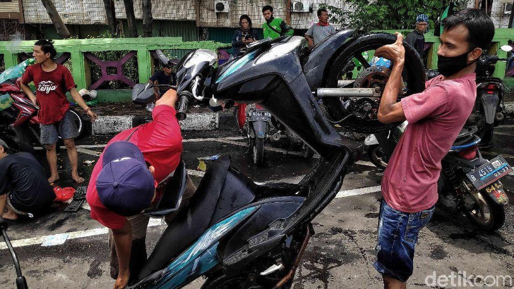 Bengkel Dadakan untuk Motor Korban Banjir