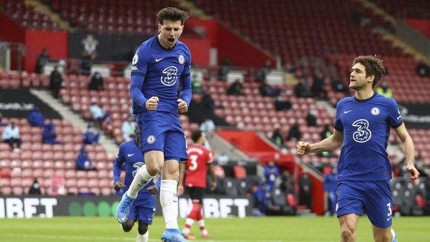 Chelsea's Mason Mount, left, celebrates after scoring his side's opening goal during the English Premier League soccer match between Chelsea and Southampton at St. Mary's Stadium in Southampton, England, Saturday, Feb.20, 2021. Michael Steele/Pool via AP)