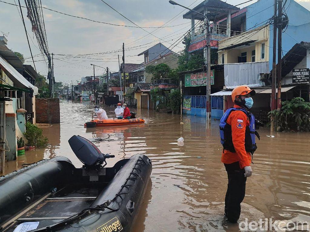 Detik-detik Evakuasi Pasien Isolasi Mandiri COVID Korban Banjir Bekasi