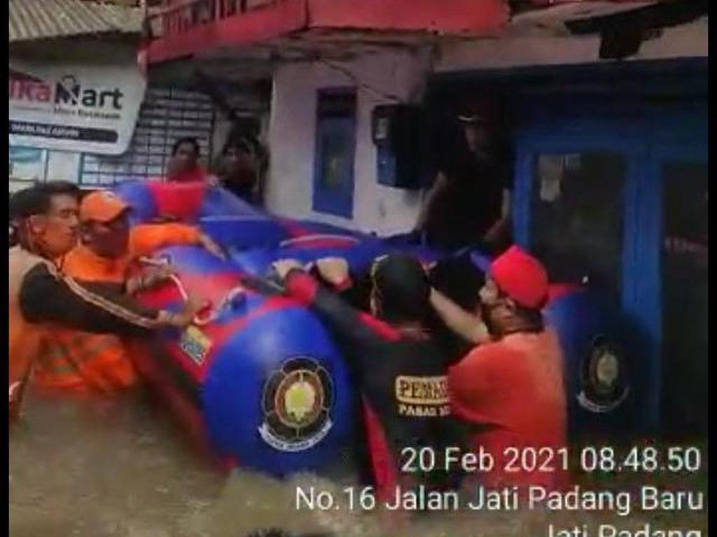 Terkunci di Rumah, Kakek di Jatipadang Jaksel Meninggal Saat Banjir