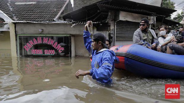 Evakuasi warga Pondok Jaya Mampang Prapatan yang terendam banjir hingga 180cm, Jakarta, 20 Februari 2020.