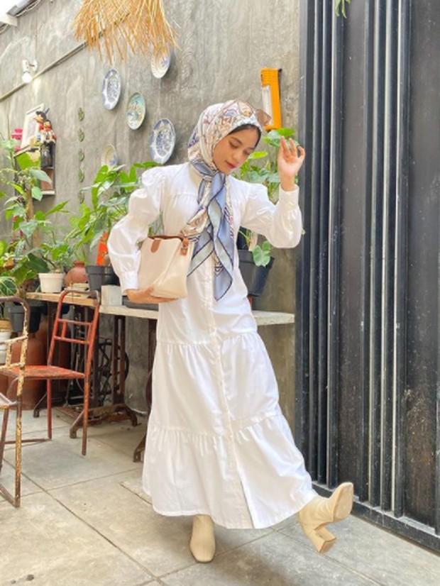 Foto: Elegan dress dengan hijab motif/instagram.com/aishaibrahimmm