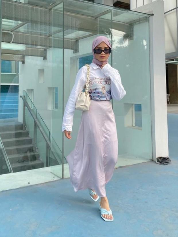 Foto: Feminim dengan satin skirt/instagram.com/aishaibrahimmm