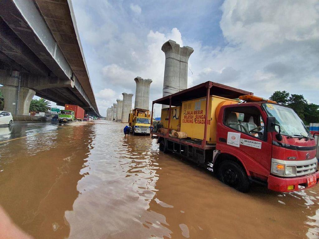Ada Genangan, Km 19 Tol Japek Arah Jakarta Diberlakukan Contraflow