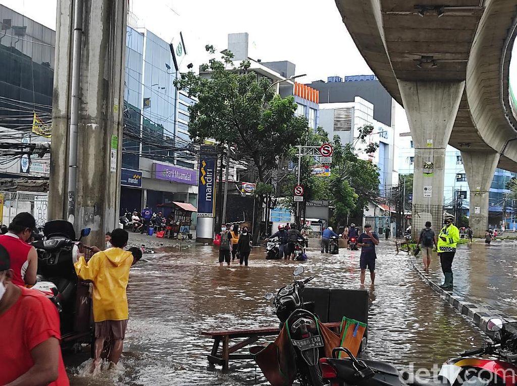 Genangan 50 Cm di Jalan Wolter Monginsidi Mampang, Lalu Lintas Tersendat