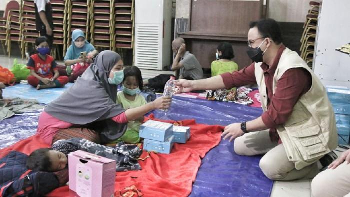 Gubernur DKI Jakarta Anies Baswedan mengunjungi pengungsi di GOR Otista, Jakarta Timur. (Foto dikirim oleh salah satu Humas Pemprov DKI Jakarta).