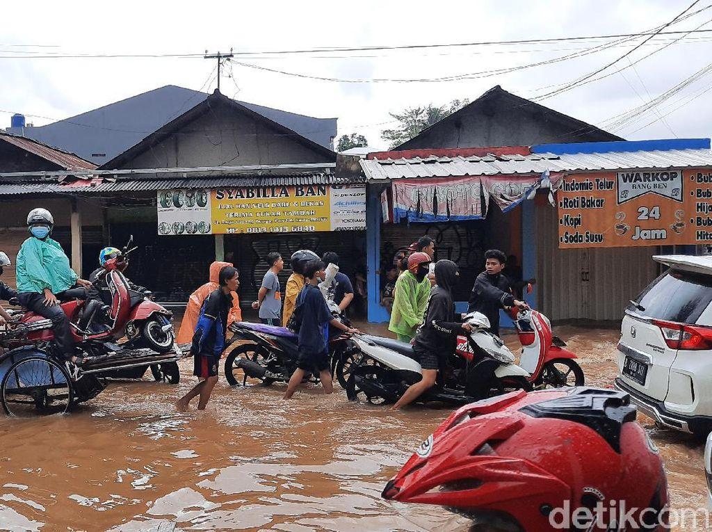 Jalan Raya Pondok Gede Jaktim Tergenang 20 Cm, Lalin Tersendat