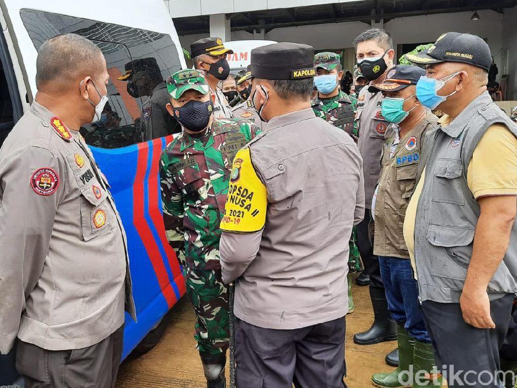 Pangdam Jaya dan Kapolda Metro Tinjau Banjir Cipinang Melayu
