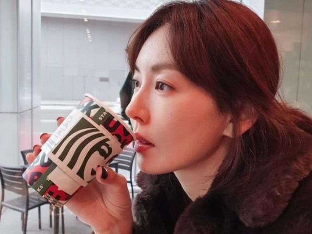 Momen Kim So Yeon, Pemain Penthouse 2 Saat Minum Kopi di Kafe