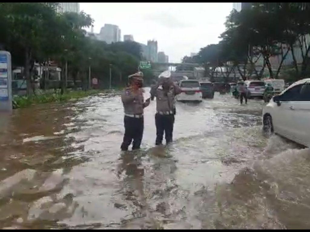Sudah 7 Jam, Genangan Air di Jalan Sudirman Depan Atma Jaya Belum Surut