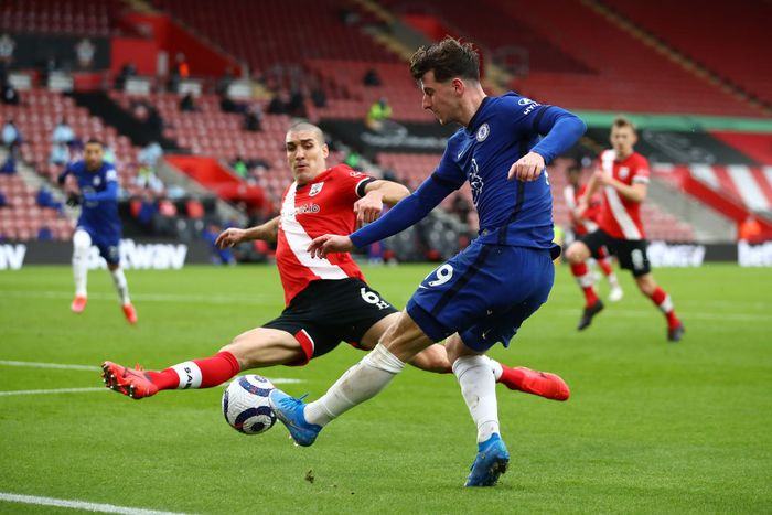 SOUTHAMPTON, ENGLAND - FEBRUARY 20: Oriol Romeu of Southampton attempts to block the cross of Mason Mount of Chelsea during the Premier League match between Southampton and Chelsea at St Marys Stadium on February 20, 2021 in Southampton, England. Sporting stadiums around the UK remain under strict restrictions due to the Coronavirus Pandemic as Government social distancing laws prohibit fans inside venues resulting in games being played behind closed doors. (Photo by Michael Steele/Getty Images)