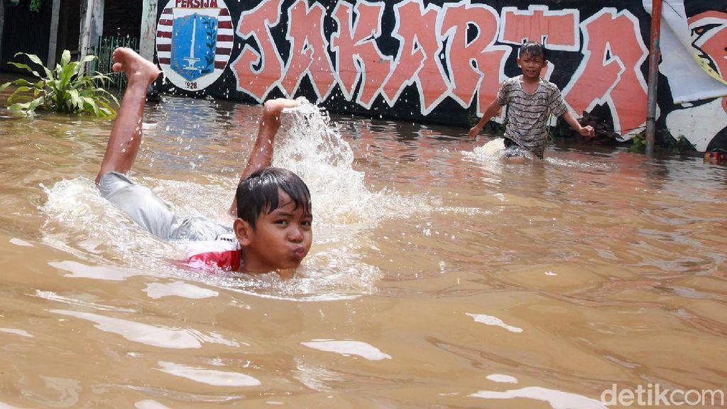 Melihat Keseruan Anak-anak Bermain Banjir di Ulujami