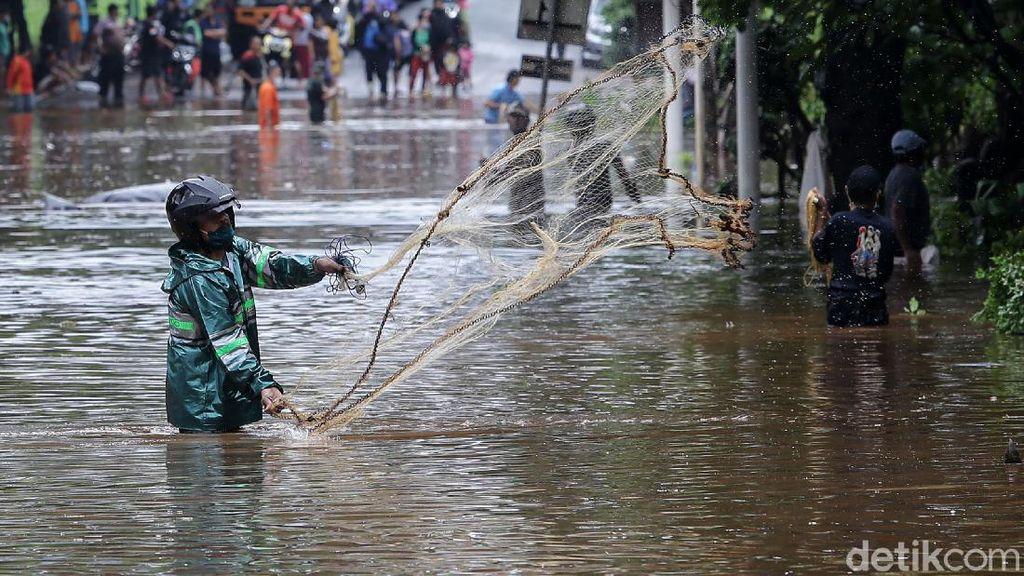 Menjala Ikan di Tengah Jalan TB Simatupang yang Kebanjiran