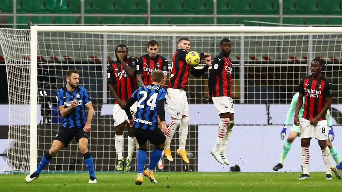 MILAN, ITALY - JANUARY 26:  Christian Eriksen #24 of FC Internazionale scores his goal on free kick during the Coppa Italia match between FC Internazionale and AC Milan at Stadio Giuseppe Meazza on January 26, 2021 in Milan, Italy. Sporting stadiums around Italy remain under strict restrictions due to the Coronavirus Pandemic as Government social distancing laws prohibit fans inside venues resulting in games being played behind closed doors.  (Photo by Marco Luzzani/Getty Images)