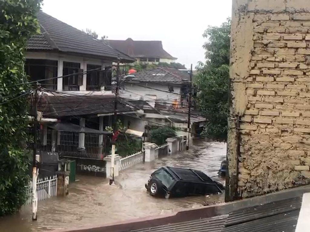 Video Mobil Warga Terseret Banjir di Mampang Jaksel