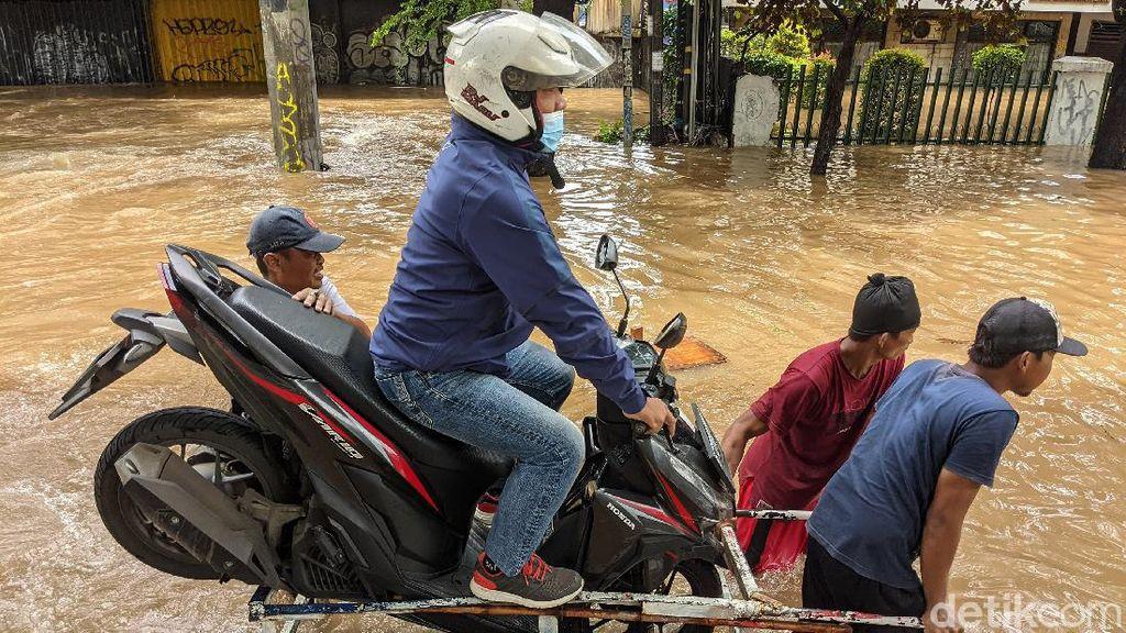 Ojek Gerobak Jadi Andalan Pemotor Terobos Banjir Tendean