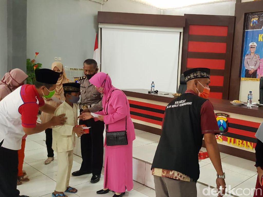 Polisi Tuban Donasikan Gaji dan Tunjangan untuk Anak Yatim di Akhir Jabatannya