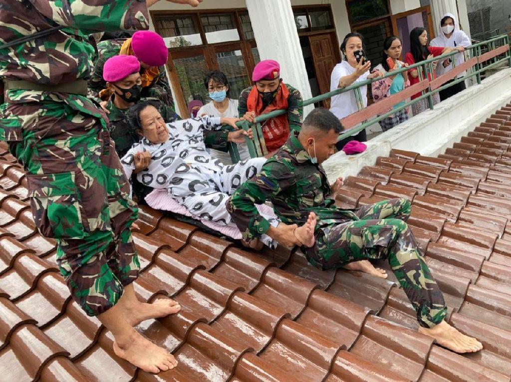 Prajurit Marinir Turun Tangan Evakuasi Korban Banjir di Kemang Jaksel