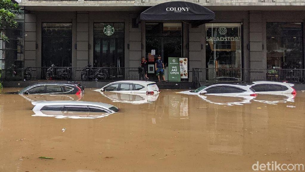 Puluhan Mobil Terendam Banjir di Kemang