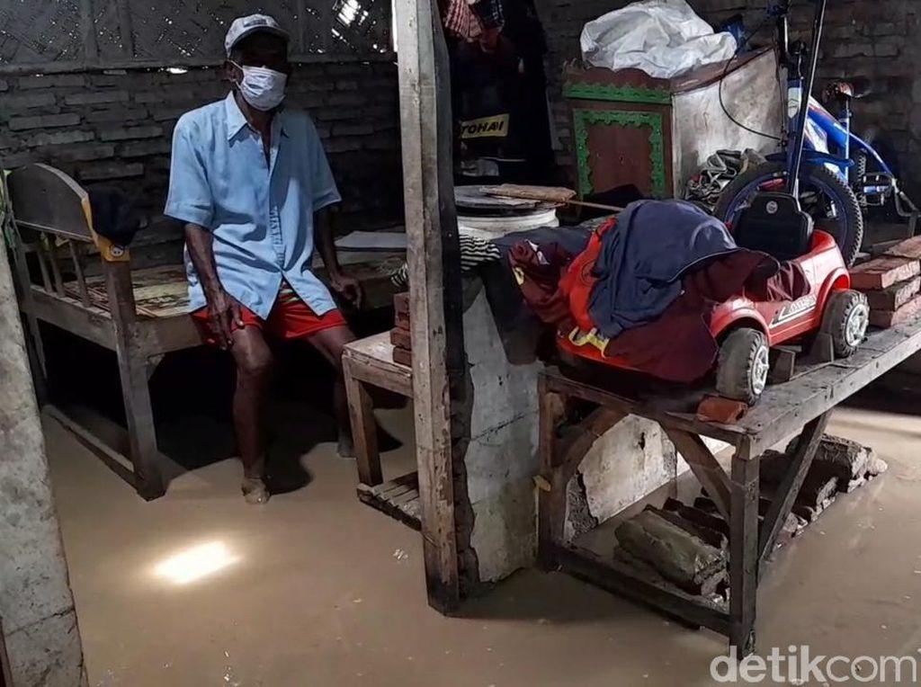 Usai Banjir, Warga Brebes Ini Kini Tinggal di Rumah yang Tergenang Lumpur