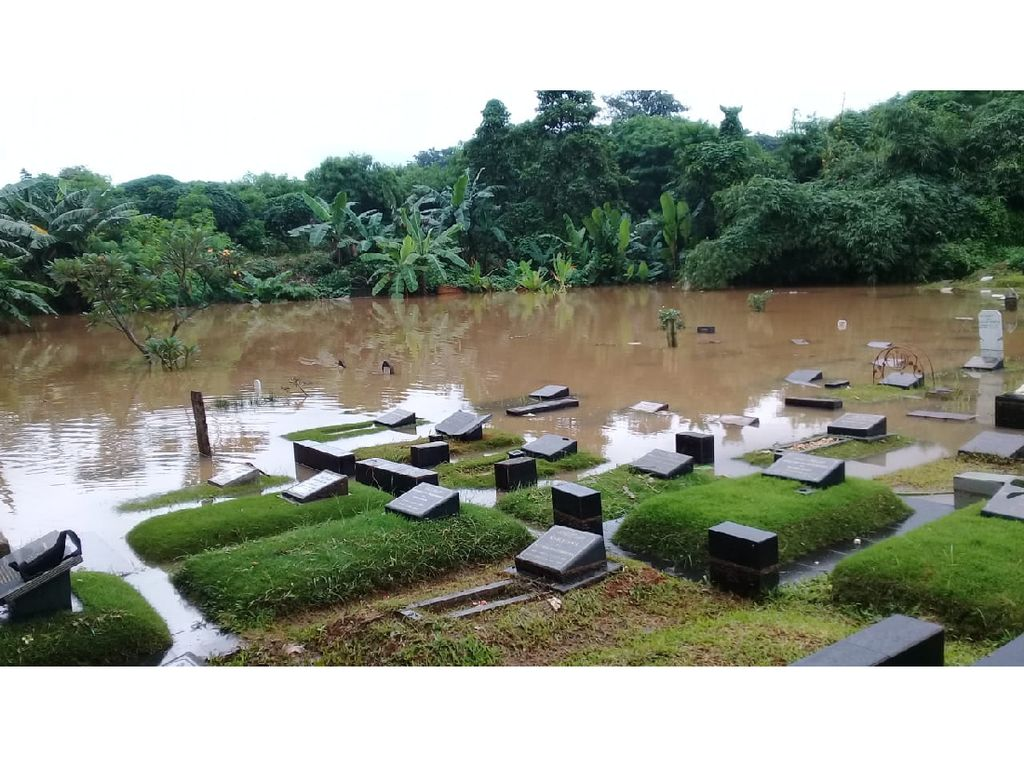 Kali Pesanggrahan Meluap, Makam di TPU Tanah Kusir Jaksel Terendam Banjir