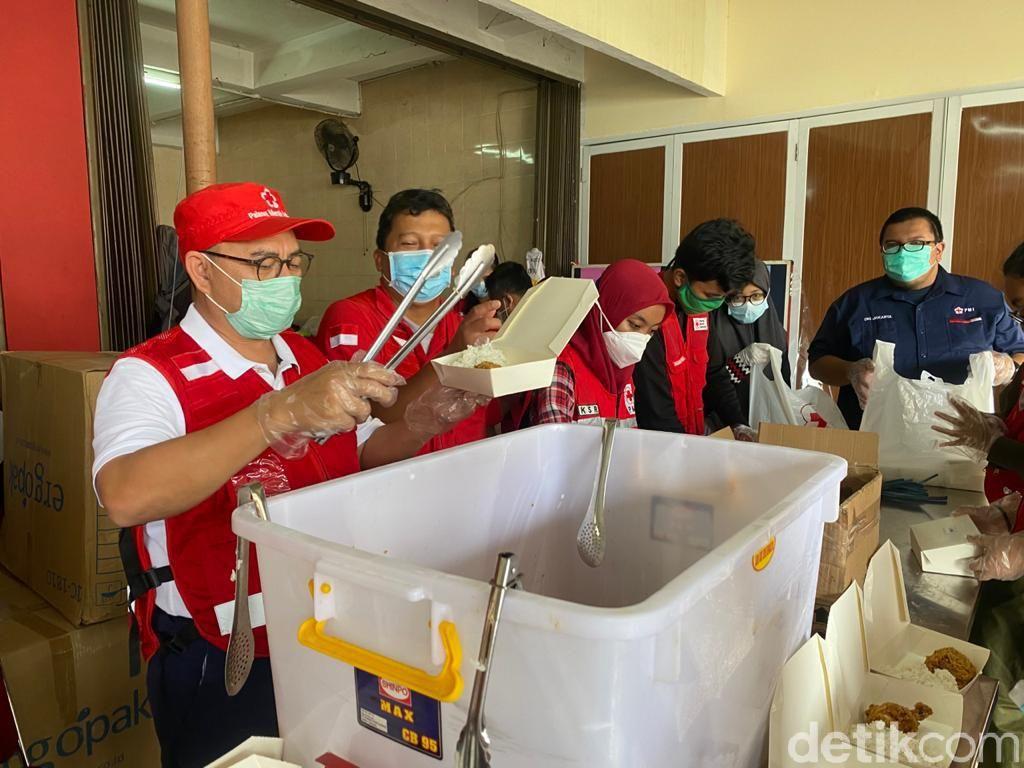 Tinjau Dapur Umum untuk Korban Banjir, Sekjen PMI Ingatkan Relawan soal Prokes
