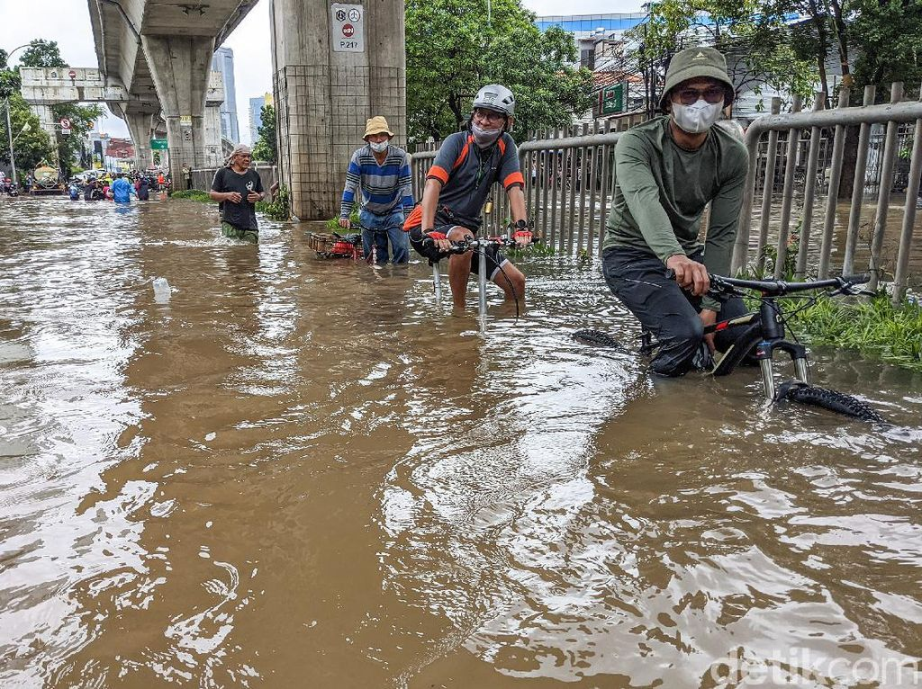 Akses Kebanjiran, Puskesmas Mampang Layani Warga di Posko Pengungsian