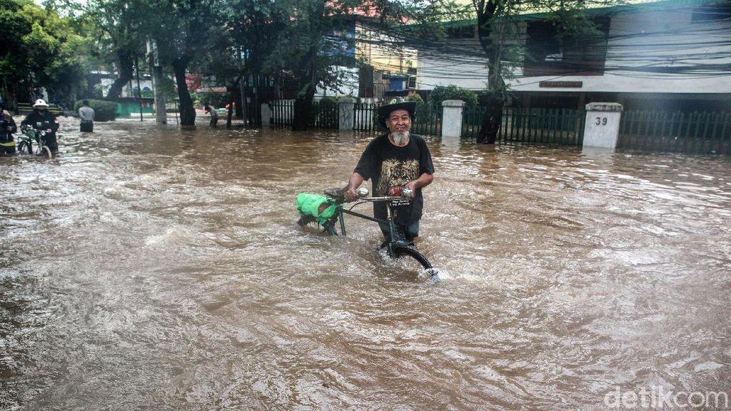 Sepeda Menembus Banjir