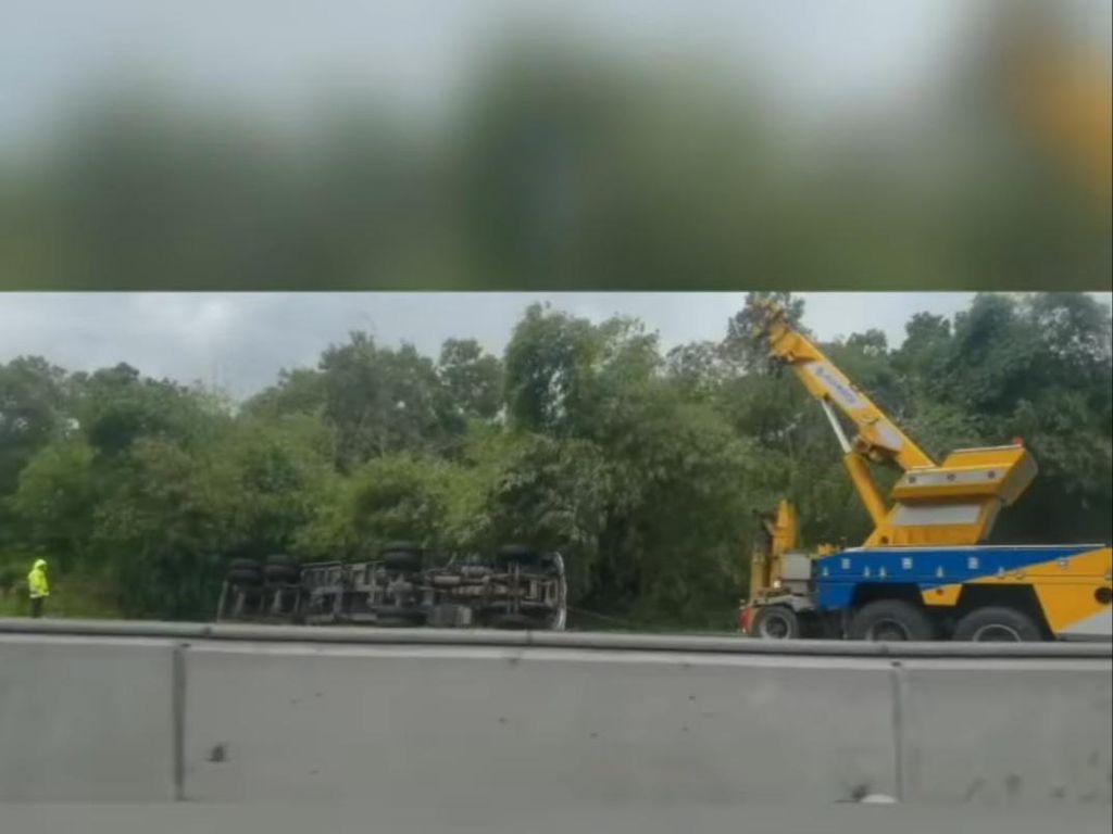 Sempat Bikin Macet, Truk Terguling di Km 50 Tol Japek Sudah Dievakuasi