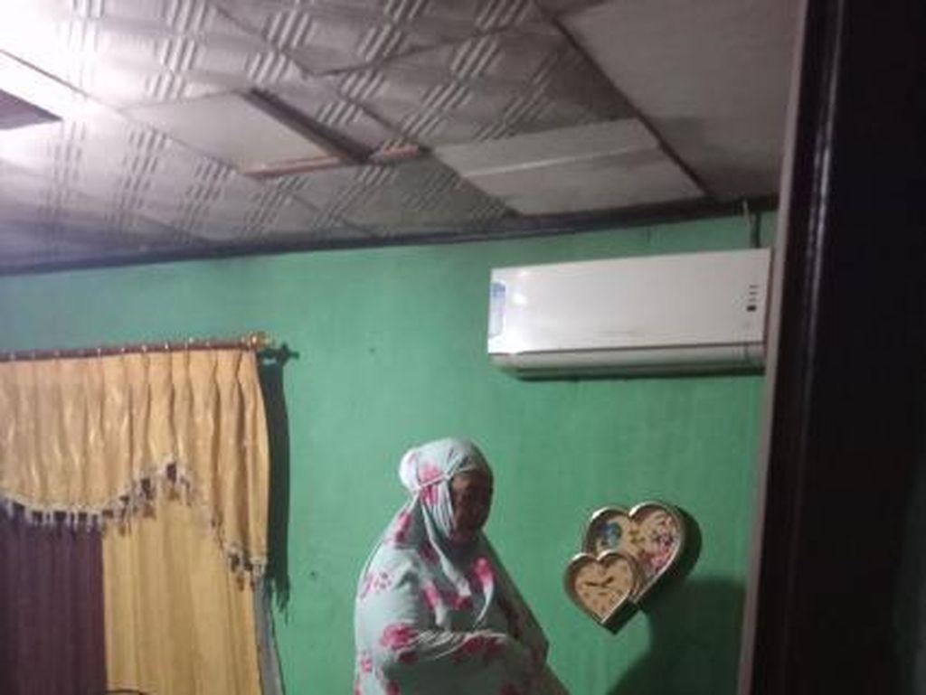 Viral Ibu Ini Salat Tahajud di Kasur saat Rumahnya Kebanjiran, Bikin Kaget