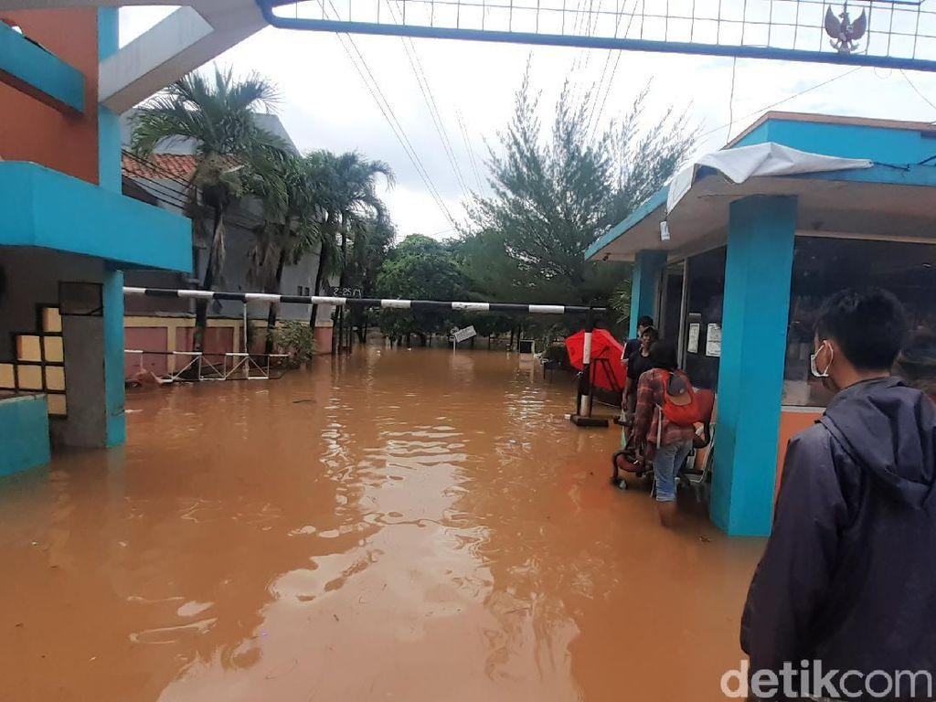 Masih Banjir, Sebagian Warga Bumi Nasio Indah Bekasi Bertahan di Rumah