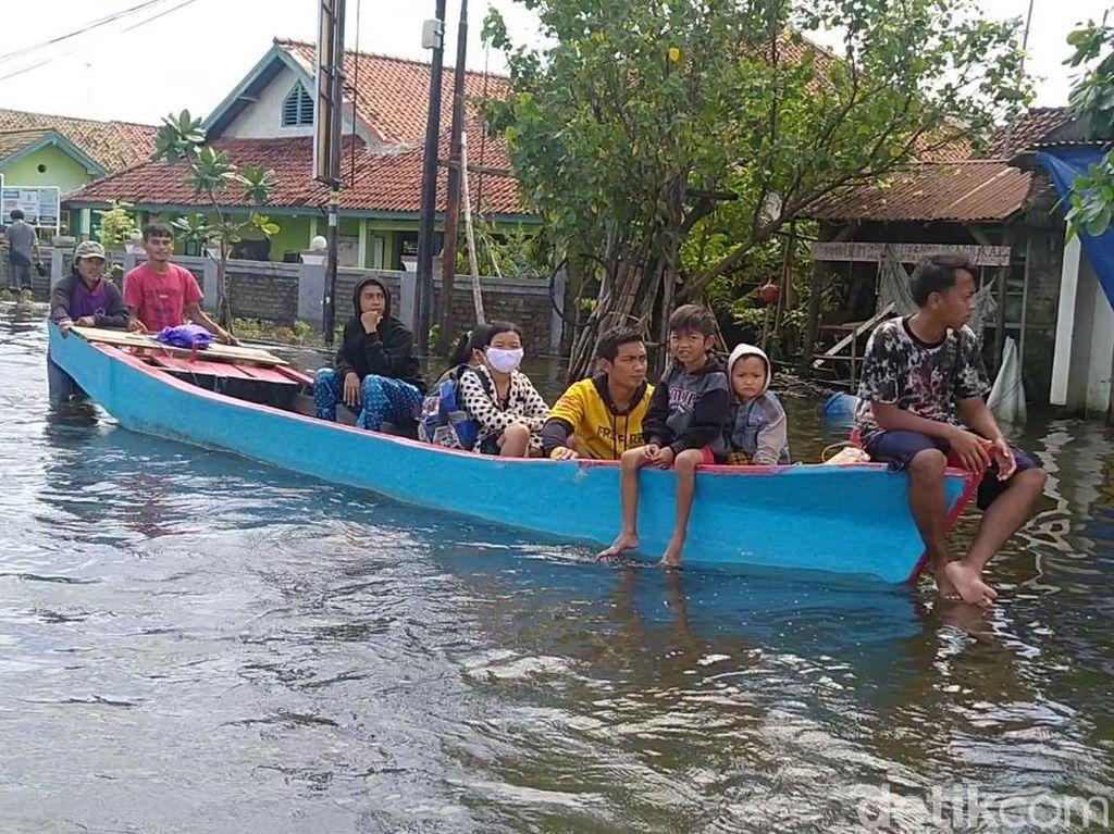 Banjir Kota Pekalongan Belum Surut, Perahu Mondar-mandir di Jalanan