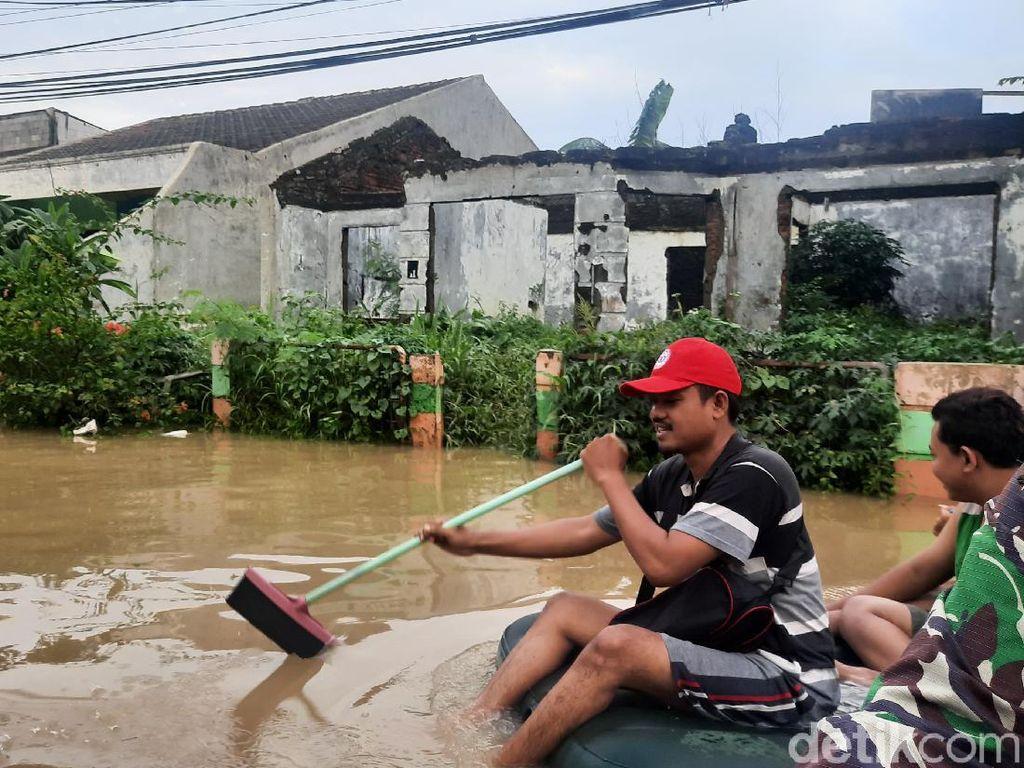 Melihat Perjuangan Petugas Evakuasi Pasien COVID di Tengah Banjir Bekasi