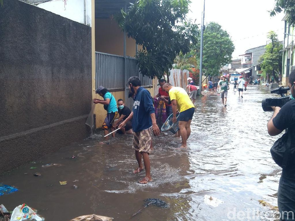 Banjir di Pondok Karya Jaksel Mulai Surut, Warga Berburu Lele Lepas