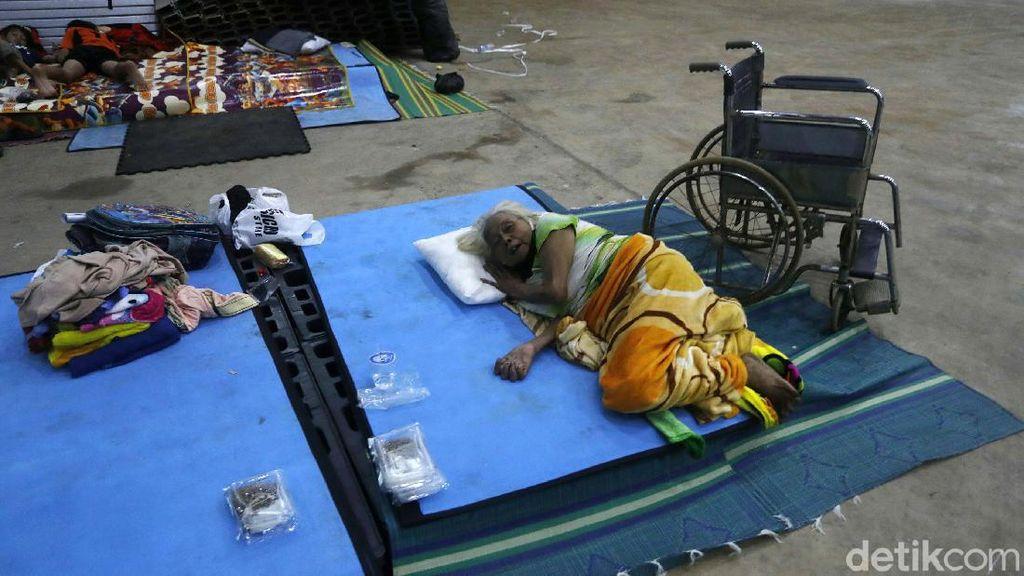 Banjir Surut, Para Lansia Masih Bertahan di Pengungsian