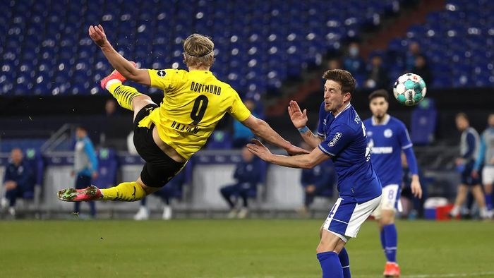 GELSENKIRCHEN, GERMANY - FEBRUARY 20: Erling Haaland of Borussia Dortmund scores his teams second goal during the Bundesliga match between FC Schalke 04 and Borussia Dortmund at Veltins-Arena on February 20, 2021 in Gelsenkirchen, Germany. Sporting stadiums around Germany remain under strict restrictions due to the Coronavirus Pandemic as Government social distancing laws prohibit fans inside venues resulting in games being played behind closed doors. (Photo by Lars Baron/Getty Images)