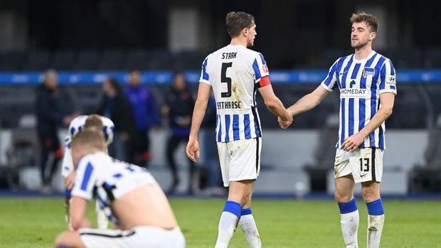 BERLIN, GERMANY - FEBRUARY 21: Niklas Stark interacts with Lukas Kluenter of Hertha BSC after the Bundesliga match between Hertha BSC and RB Leipzig at Olympiastadion on February 21, 2021 in Berlin, Germany. Sporting stadiums around Germany remain under strict restrictions due to the Coronavirus Pandemic as Government social distancing laws prohibit fans inside venues resulting in games being played behind closed doors. (Photo by Pool/Filip Singer - Pool/Getty Images)