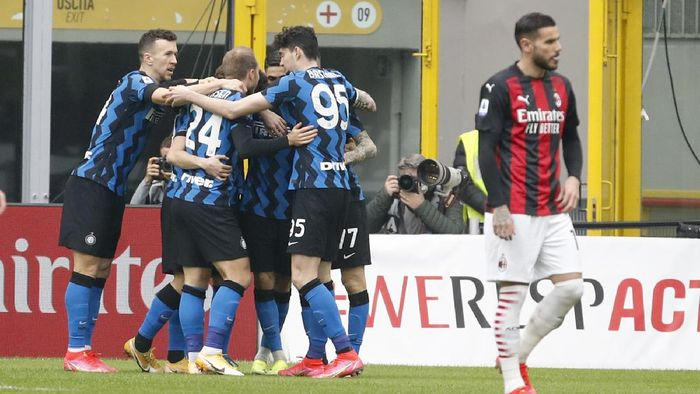 Inter Milans players celebrate after Lautaro Martinez scored his sides opening goal during the Serie A soccer match between AC Milan and Inter Milan, at the Milan San Siro Stadium, Italy, Sunday, Feb. 21, 2021. (AP Photo/Antonio Calanni)