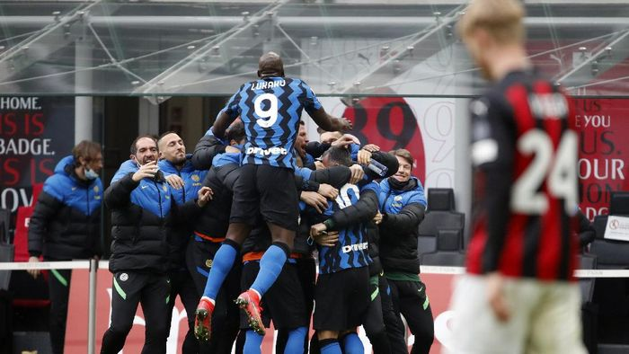 Inter players celebrate after Lautaro Martinez scored his sides second goal, during the Serie A soccer match between AC Milan and Inter Milan, at the Milan San Siro Stadium, Italy, Sunday, Feb. 21, 2021. (AP Photo/Antonio Calanni)