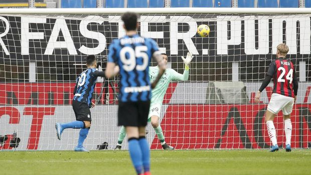 Inter Milan's Lautaro Martinez, left, scores his side's opening goal during the Serie A soccer match between AC Milan and Inter Milan, at the Milan San Siro Stadium, Italy, Sunday, Feb. 21, 2021. (AP Photo/Antonio Calanni)