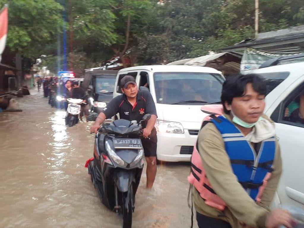 Tanggul Citarum Jebol di Bekasi, Jalan Menuju Posko Banjir Tersendat