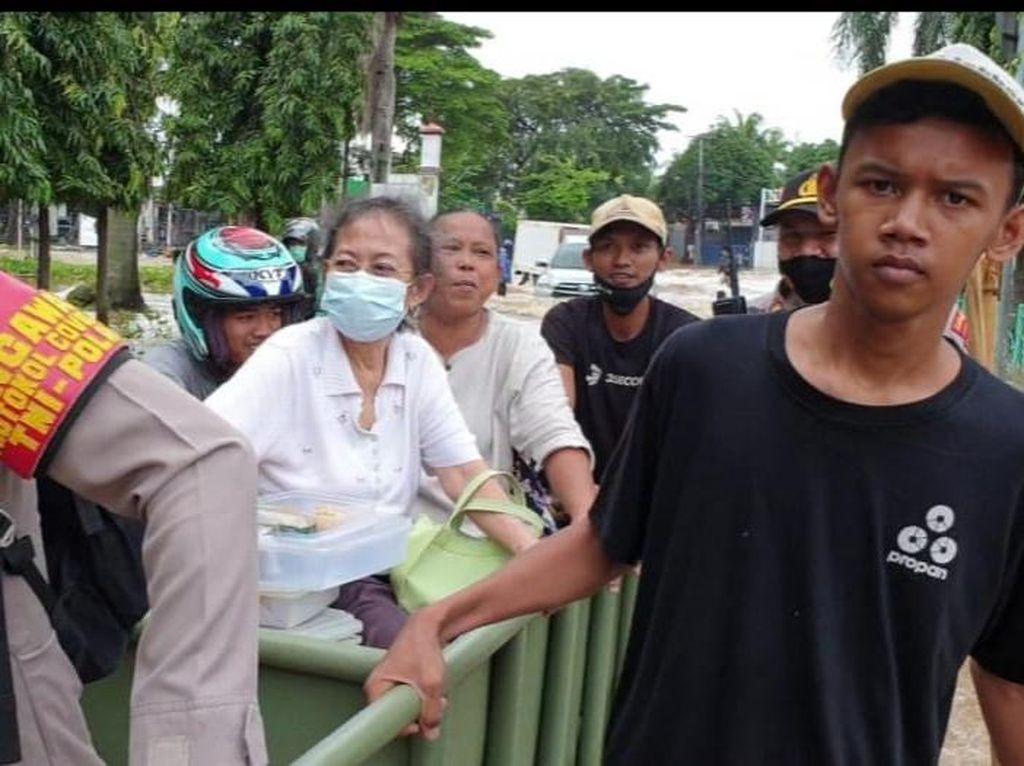 Aksi Kapolsek Evakuasi Warga Pakai Gerobak di Tengah Banjir Jakarta