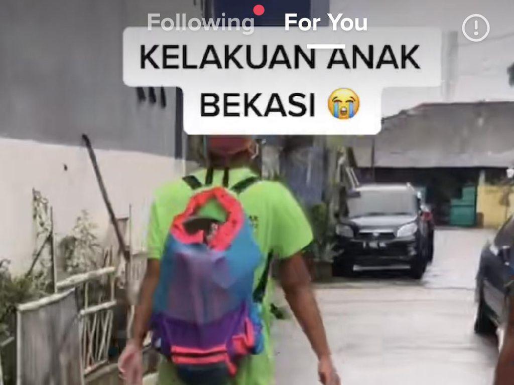 Viral Bikin Ngakak, Kelakuan Pria Bekasi Beraksi Bak Atlet Renang di Air Banjir