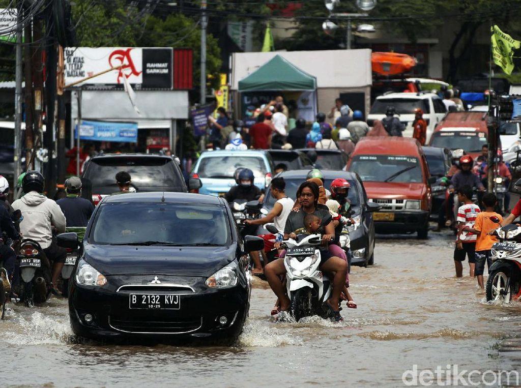 Lalin Tersendat di Jalan Raya Jatimekar Gegara Genangan