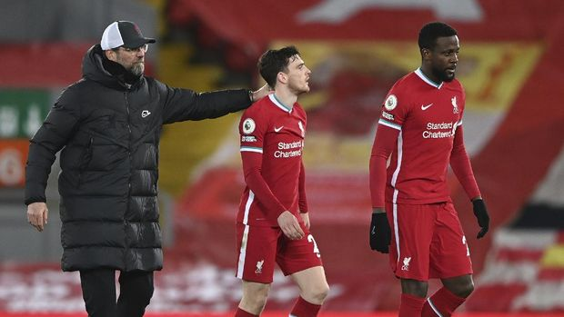 Liverpool's manager Jurgen Klopp, left walks off the pitch with his players Liverpool's Andrew Robertson, centre and Liverpool's Divock Origi during the English Premier League soccer match between Liverpool and Everton at Anfield in Liverpool, England, Saturday, Feb. 20, 2021. Everton won the game 2-0. (Lawrence Griffiths/ Pool via AP)