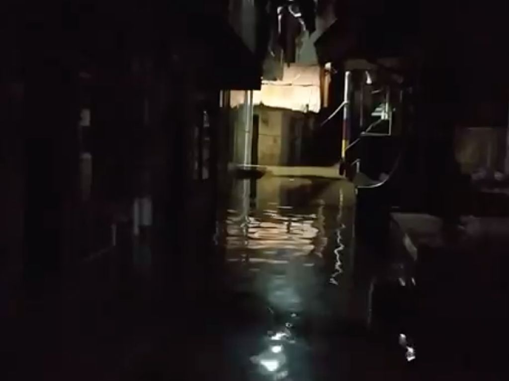 Minggu Malam, Banjir di Kebon Pala Masih Setengah Meter Lebih!