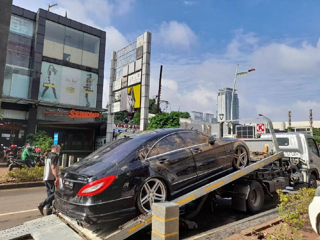 Mobil Mercedes-Benz yang Terendam Banjir di Jalan Raya Kemang Dievakuasi