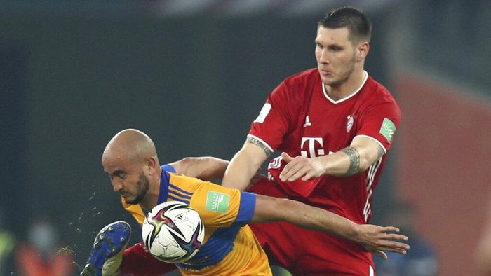 Tigres Carlos Gonzalez, left, is challenged by Bayerns Niklas Suele during the Club World Cup final soccer match between FC Bayern Munich and Tigres at the Education City stadium in Al Rayyan, Qatar, Thursday, Feb. 11, 2021. (AP Photo)