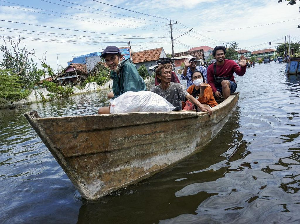 Jasa Ojek Perahu di Banjir Pekalongan